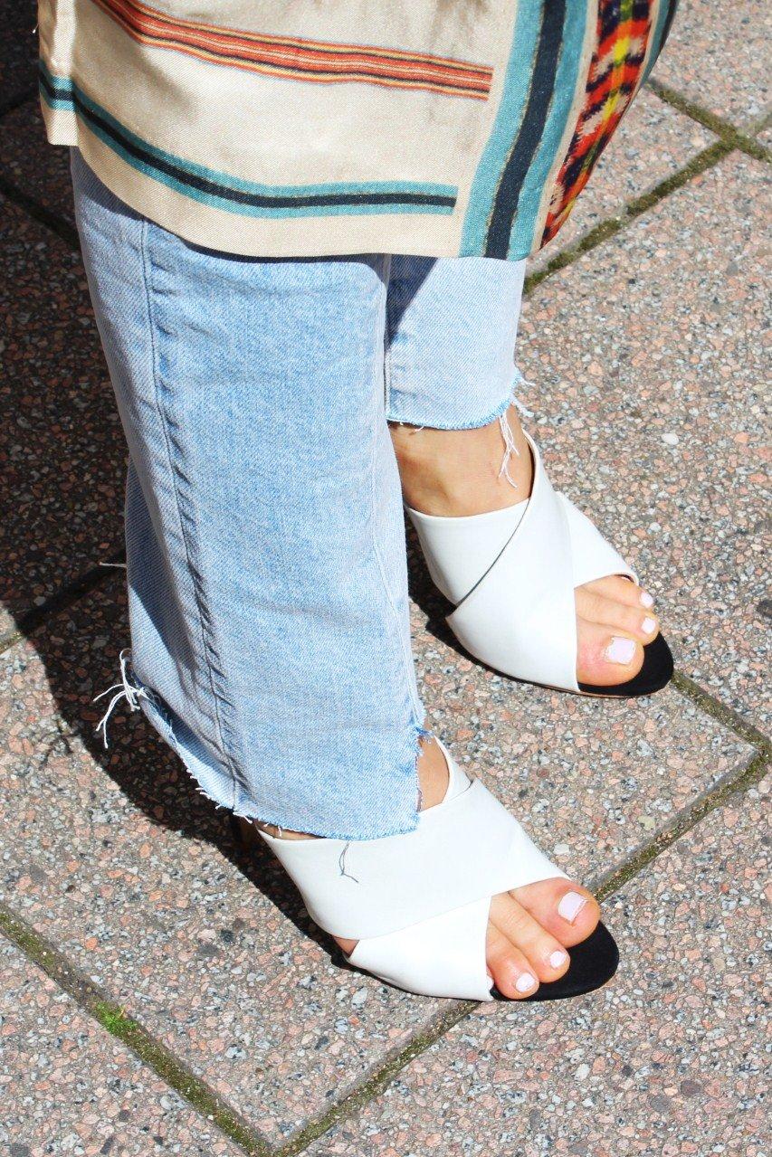 weiße Mules mit Jeans