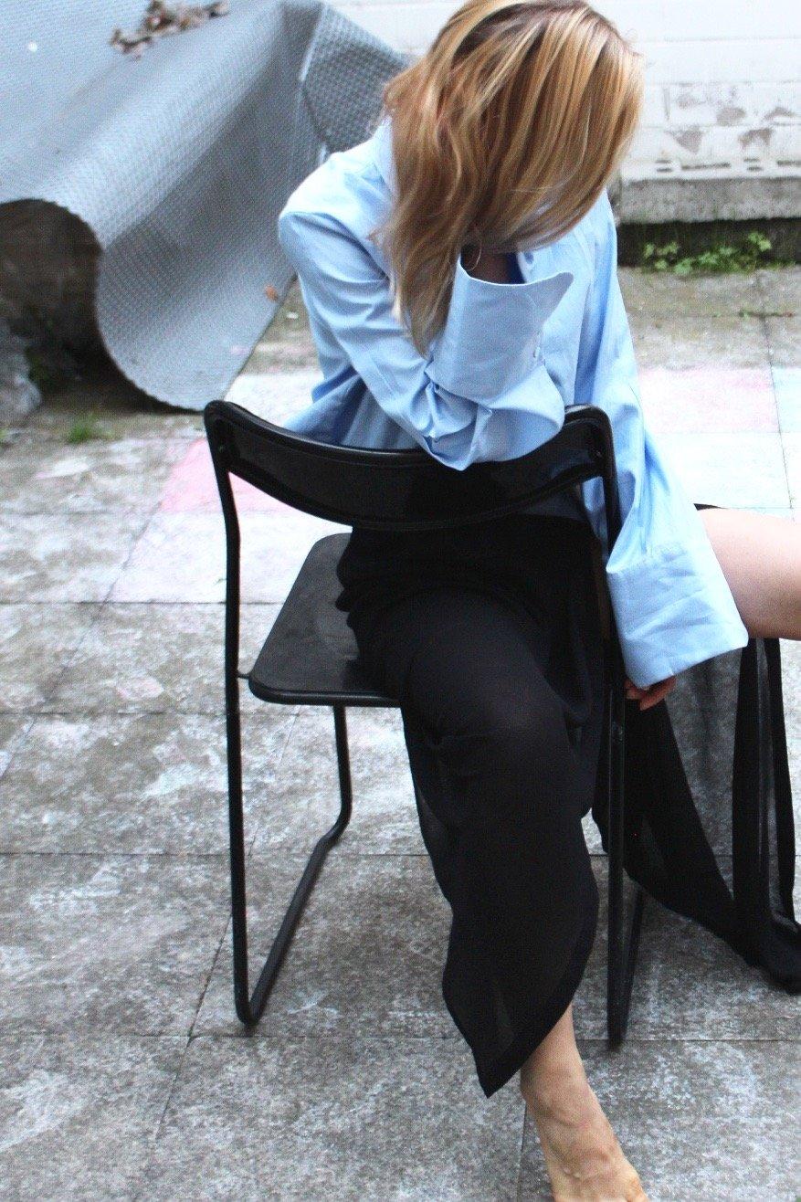 hellblaue Bluse mit Trompeten Ärmel