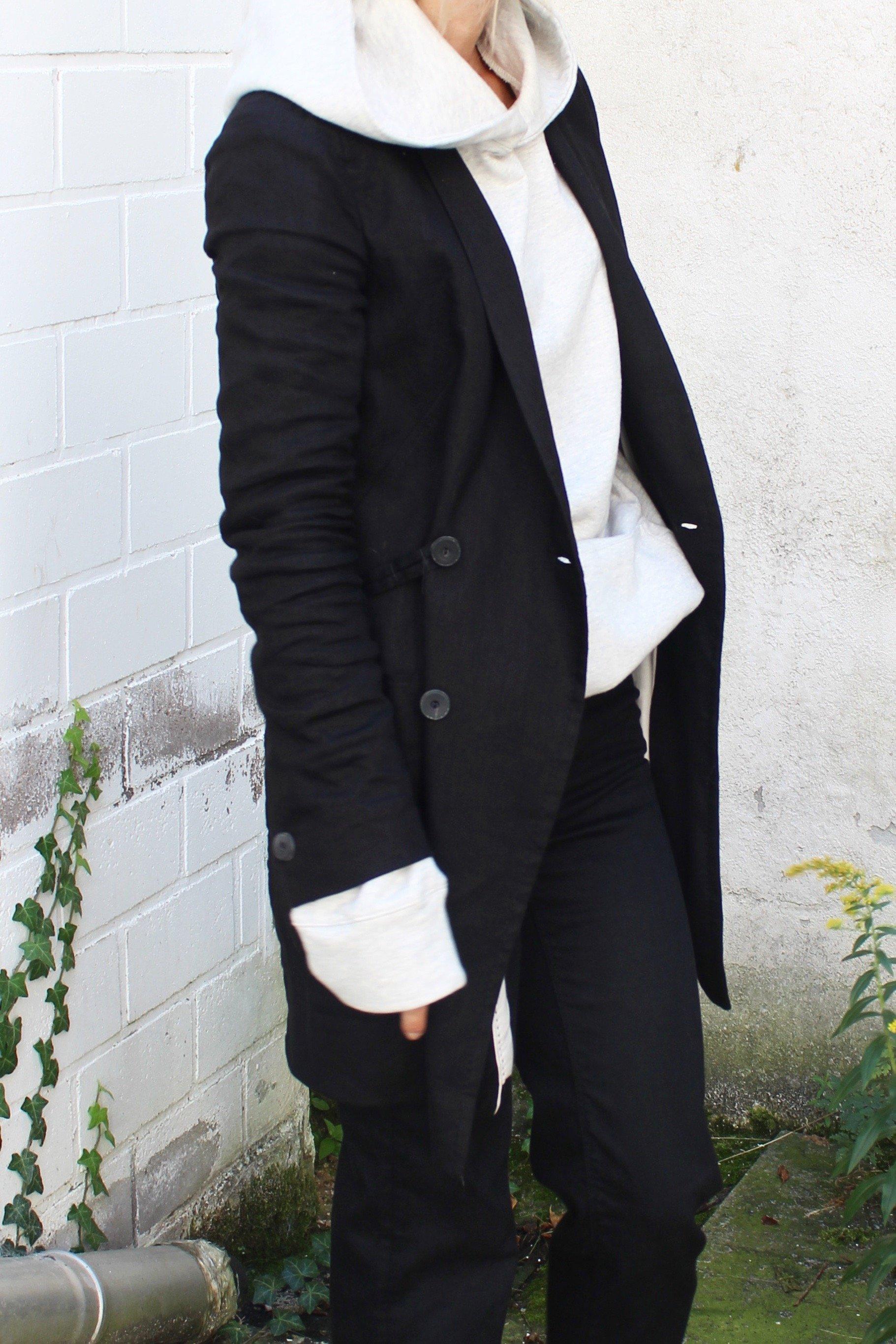 schwarzer blazer mit hoodie kombiniert
