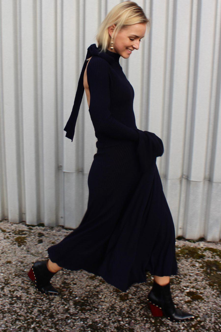 langes Blaues Kleid mit glockenärmel