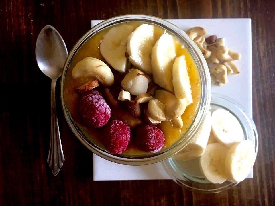 Smoothie-Bowl mit gerösteten Nüssen