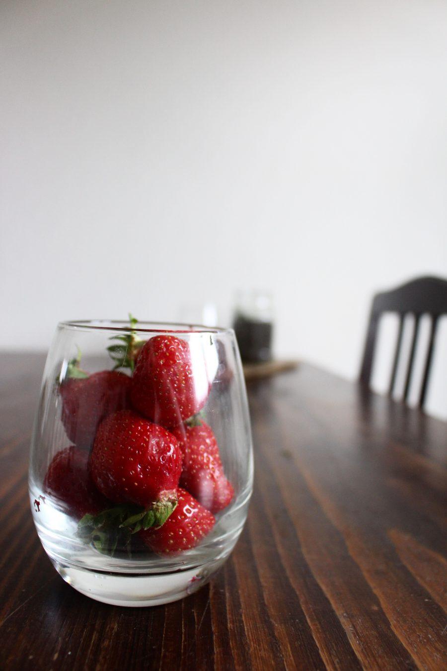 Matcha Chia-Pudding mit frischen Erdbeeren