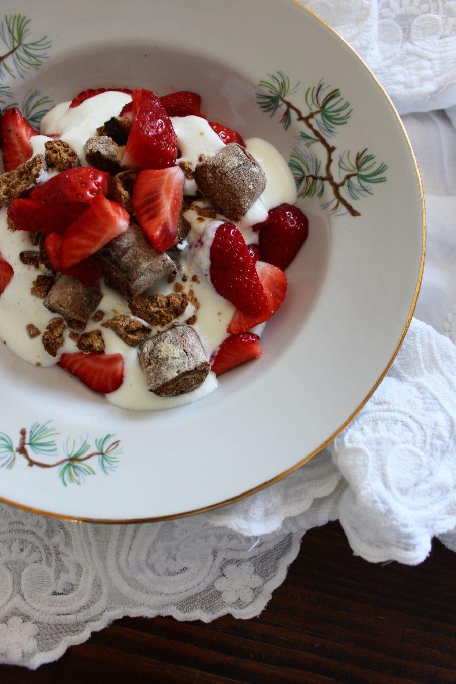 Kardamom-Kekse mit Erdbeeren & Joghurt
