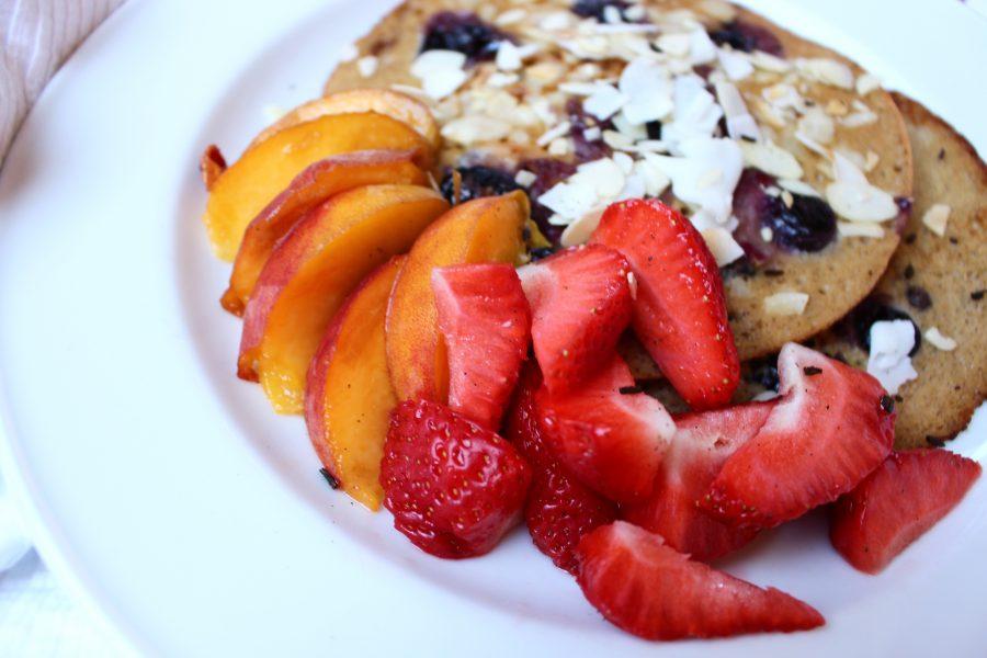 Buchweizen pancakes mit frischen Früchten