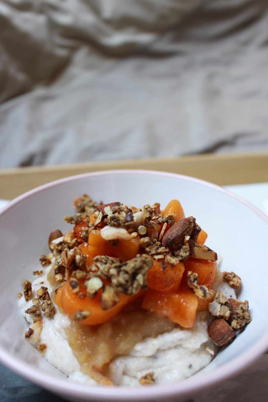 cremiger Grießbrei mit Apfelmus und Kaki