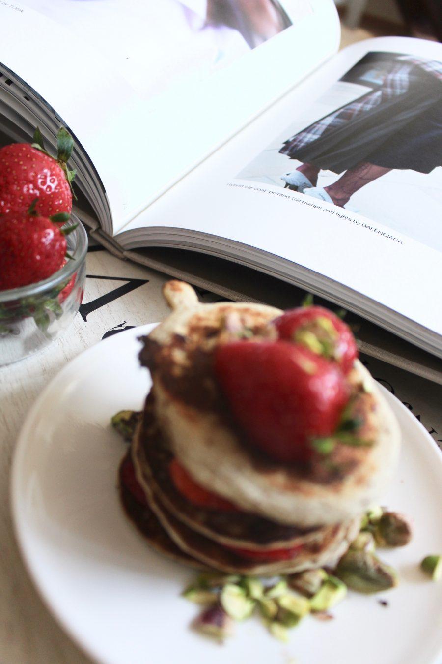 Healthy Pancakes mit erdbeeren und pistazien